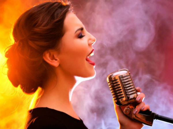 Nằm mộng thấy ca hát vui chơi có điềm báo tốt hay xấu?